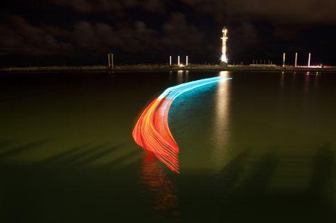 Fotografia de longa exposição do barco se movendo em Recife (Divulgação/Watershed)