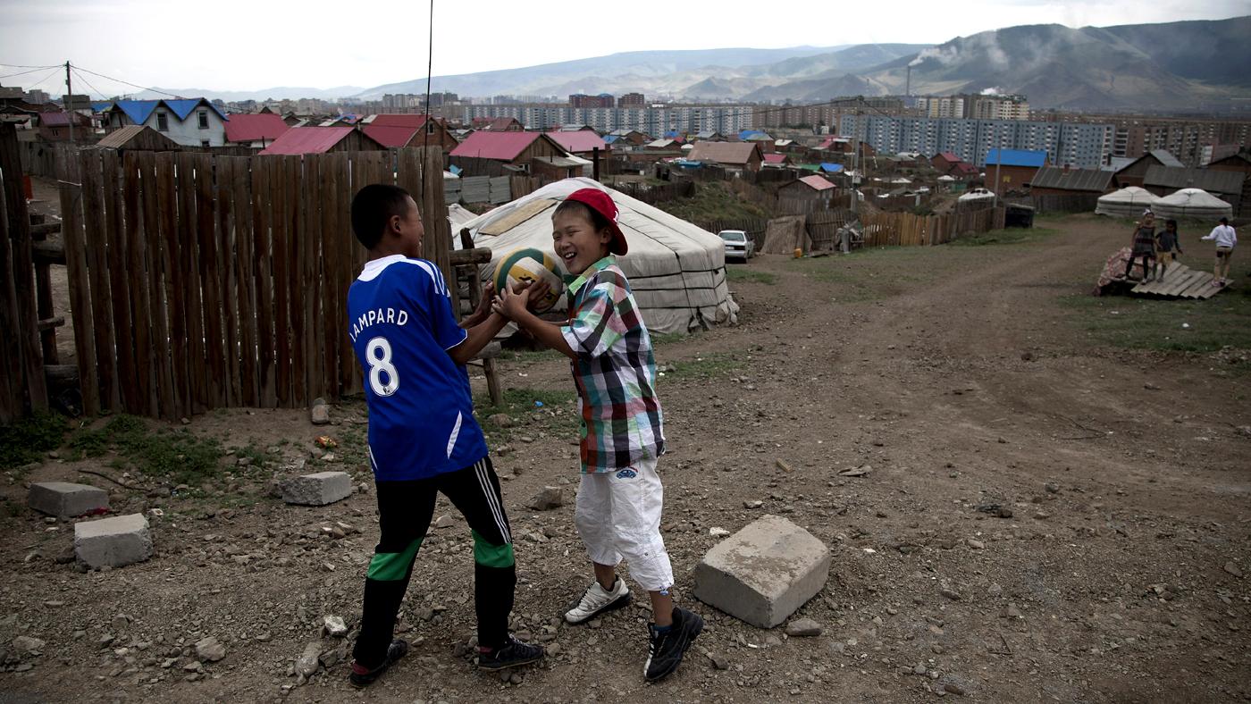 Garotos jogam futebol próximo a tenda em bairro nos arredores de Ulan Bator (AP Photo/Andy Wong)