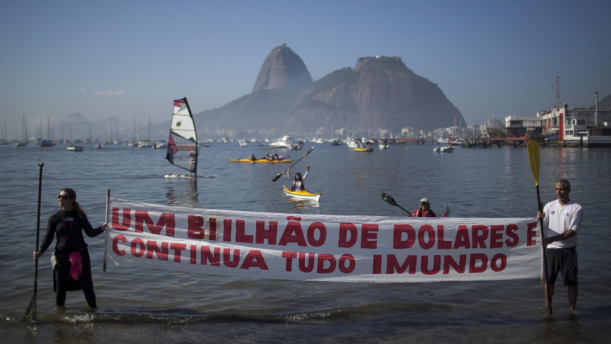 Manifestantes protestam contra a poluição da Baía de Guanabara (AP Photo/Felipe Dana)