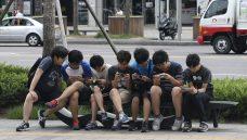 Seul coloca placas para alertar pedestres sobre uso de smartphones