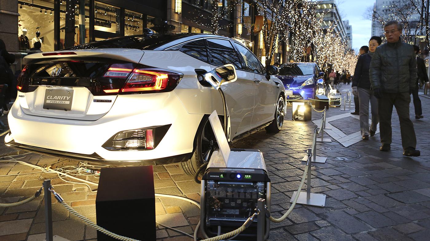Clarity, modelo movido a hidrogênio da Honda, tem seu motor convertido para bateria para iluminar árvores de Natal em, shopping de Tóquio (AP Photo/Koji Sasahara)