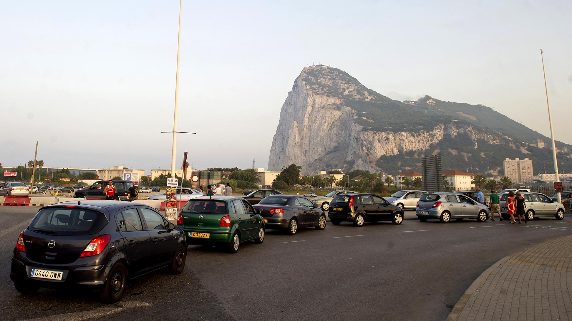 Carros espanhóis fazem fila diante da Rocha de Gibraltar para entrar no território britânico (AP Photo/Marcos Moreno)