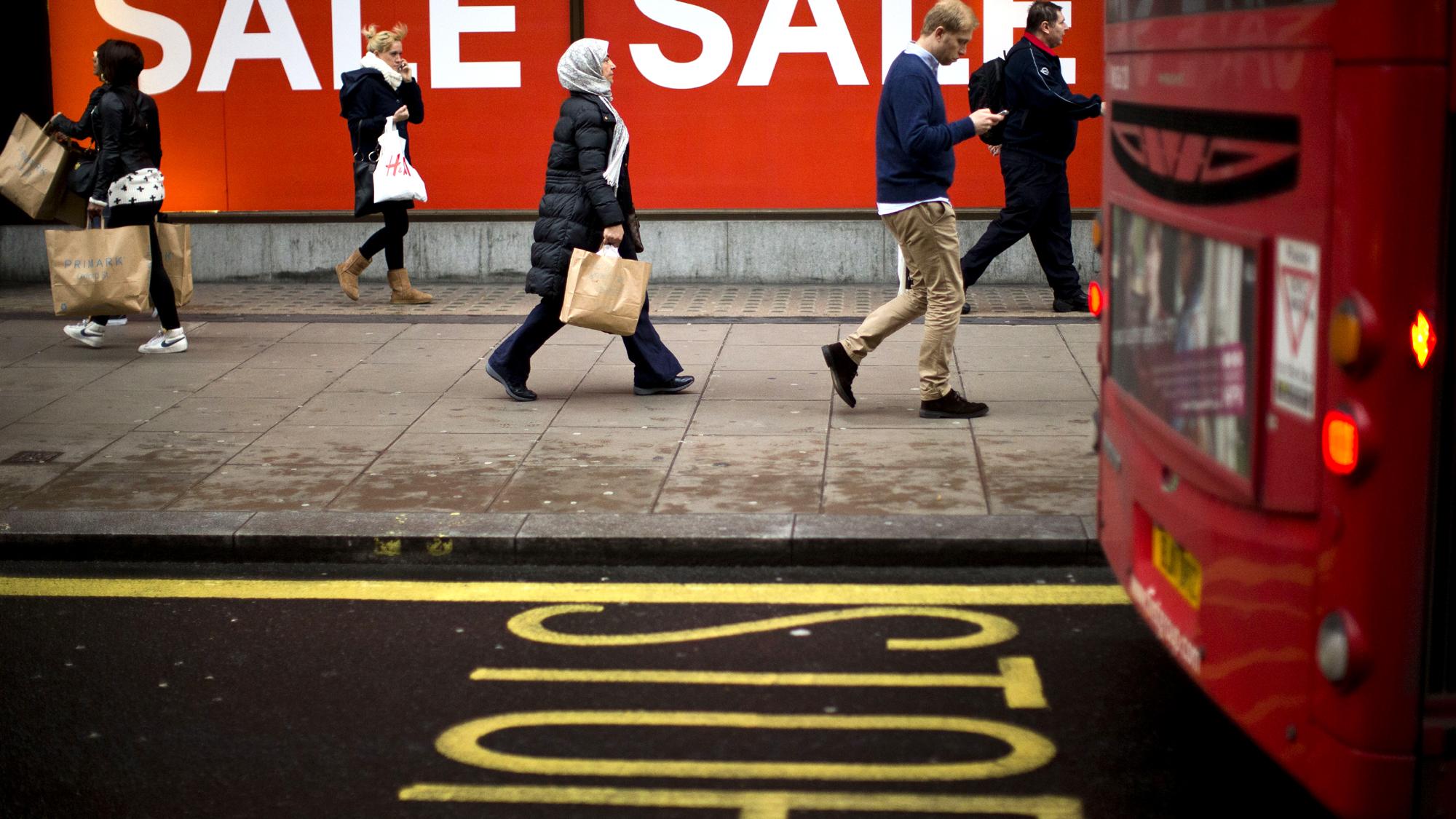 Ônibus e pedestres dividindo espaço na Oxford Street (AP Photo/Matt Dunham)